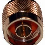 El conector N-macho tiene hilos en el interior y un alfiler